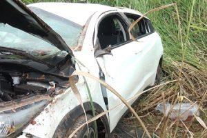 Veículo cai em ribanceira na BR 116, em Ubaporanga