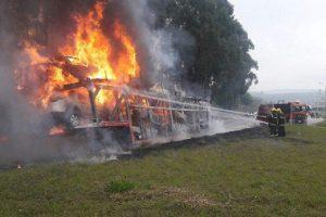Cegonheira pega fogo e onze carros são destruídos pelas chamas