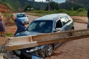 Motorista bate em poste em Ipanema