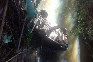Simonésia: Carro cai em rio. Motorista ferido é socorrido