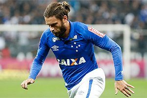 Cruzeiro instável perde para o líder do Brasileirão