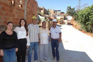 Prefeitura realiza obras de calçamento na Rua dos Angicos
