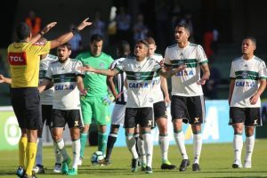 Atlético vence Coritiba fora de casa