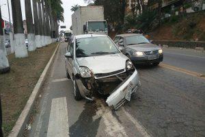 Colisão envolve dois carros na entrada do Centro de Manhuaçu