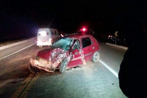 Homem fica gravemente após acidente entre carro e caminhonete