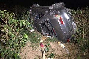 Carro cai em ribanceira na BR 116 na região de Caratinga