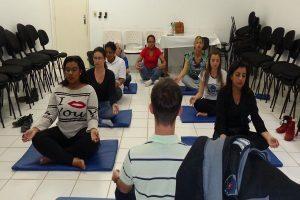 Profissionais do CAPS realizam exercício prático de Yoga