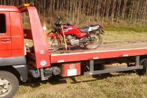 Abre Campo: PM recupera moto furtada e prende autores