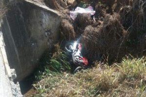 Jovem perde o controle de moto, caiu em córrego e morre
