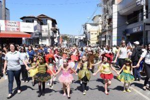 Milhares de pessoas prestigiam desfile de 7 de setembro em Manhuaçu