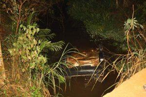 Carro cai no córrego na região de Manhuaçuzinho: uma pessoa morre