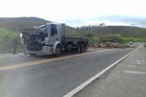 Caminhão carregado de tomate tomba na BR 262