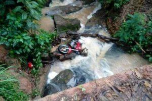 Motocicleta cai no rio. Carona morre no local