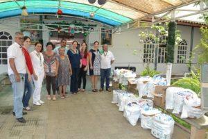 Manhuaçu: Asilo recebe leite arrecadado na Feira da Paz