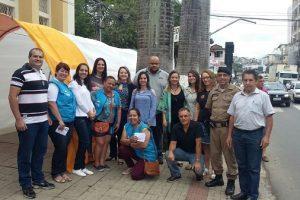 Manhuaçu Contra as Drogas: cigarro gigante alerta para os perigos do tabagismo