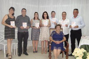 Senhora Maria Prata Pena lança livro em Manhuaçu