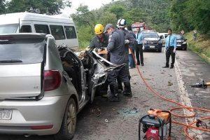 Manhuaçu: Duas pessoas morrem após árvore cair em cima de carro