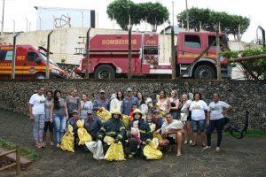 Militares do 2° Pelotão de Bombeiros Militar entregam mochilas a crianças da DAREI