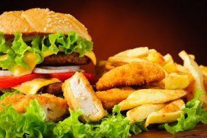 Fast-food pode ter o mesmo efeito de infecções por bactérias no organismo