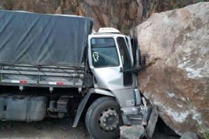 Caminhão segue por trecho interditado da BR-259/ES e bate em rocha de deslizamento