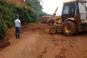 Manhuaçu: Estrada de Palmeiras está sendo desobstruída