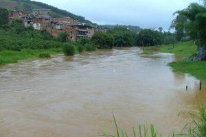 Cheia do Rio Manhuaçu deixa cidade em alerta