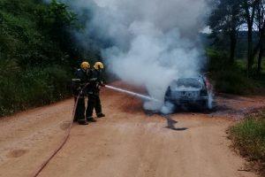Manhuaçu: Carro pega fogo no Coqueiro rural