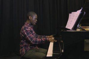 Jovem prodígio com autismo compõe sinfonias aos 17 anos. Veja o vídeo