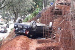 Manhuaçu: Carro despenca de rua em frente ao Cemitério