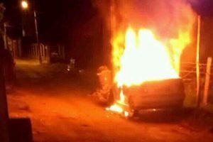 Bombeiros combatem incêndio em veículo. Pode ser criminoso