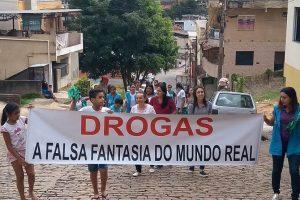 Equipe da ESF Santa Terezinha mobiliza comunidade em passeata contra as drogas