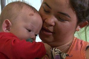 Mulher que deu à luz em coma após acidente comemora 1º Dia das Mães com filho