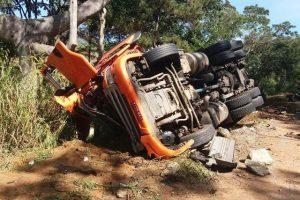 Carreta com veículos tomba em Manhuaçu