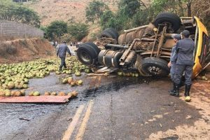 Piedade de Caratinga: Duas pessoas morrem em tombamento de caminhão