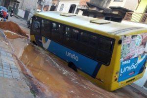 Ônibus atola na rua Silas Pacheco em Manhuaçu