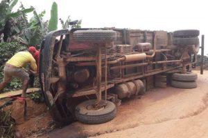 Caminhão tomba na zona rural de Simonésia