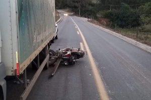 Jovem morre ao bater em caminhão parado