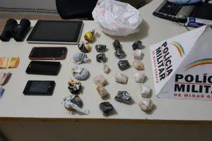 Carro abordado, drogas apreendidas e 3 presos em Manhuaçu
