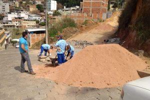 Prefeitura faz recomposição e calçamento no Bairro Colina