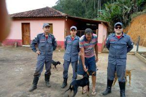 Manhuaçu: Bombeiros retiram cão preso em pedreira