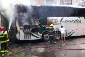 Bombeiros apagam fogo em ônibus no Bairro Bom Pastor
