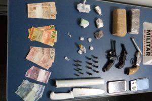 PM apreende armas e drogas em Manhuaçu