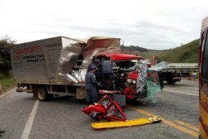 PRF e Bombeiros atendem acidentes envolvendo caminhões e carretas
