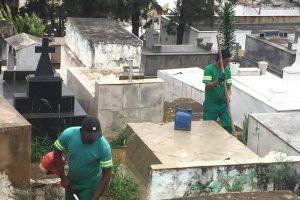 Preparativos para Finados: Prefeitura realiza limpeza geral no cemitério