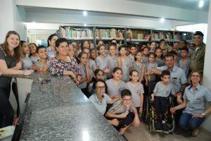 Alunos do Colégio Tiradentes visitam Biblioteca Municipal