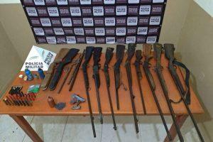 PM de Mutum apreende grande quantidade de armas. Um homem foi conduzido