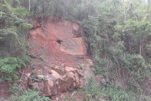 Morador do Barreiro alerta para risco de deslizamento na MG 111