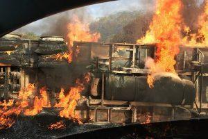 Caminhão tomba e pega fogo em Inhapim