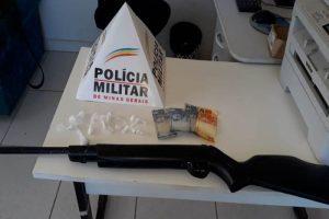Arma e drogas apreendidas em casa de menor. Mãe fez a denúncia