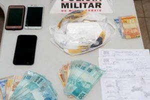 PM apreende droga, mais de 3 mil reais e conduz 4 envolvidos para delegacia